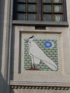 Hawk in façade of a house by Dewin in the avenue Molière